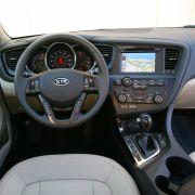Das Cockpit neigt sich sanft in Richtung Fahrer. Haptik und Verarbeitung sind überzeugend. Festplattennavigation, Bluetooth-Modul, elektrisches Sonnendach und sogar eine Sitzheizung im Fond setzen in Sachen Komfortausstattung Maßstäbe.