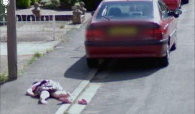 Ein am Boden liegendes Mädchen, das von Google Street View in Worcester fotografiert wurde.