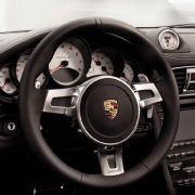 Wer bei Beschleunigungsmanövern mehr Motorsound möchte, drückt nicht nur Sport- oder SportPus-Taste am Mitteltunnel, sondern auch den Drücker, der aussieht wie ein Fernglas ...