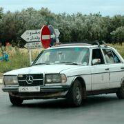 ... Deutschland-Aufkleber. Diese Autos kriegt man einfach nicht kaputt, sagt der Taxi-Fahrer, der im marokkanischen Fez mit seinem Mercedes 240 D die ganze Familie ernähren muss.