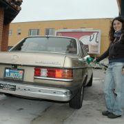 Melissa Hardy aus Berkeley, Kalifornien, ist auch ein Fan des Youngtimers. Auf ihrem fast 30 Jahre alten champagnerfarbenen Mercedes prangt ein dicker Turbodiesel-Schriftzug. Sie tankt Bio-Diesel, hergestellt aus Frittenfett.