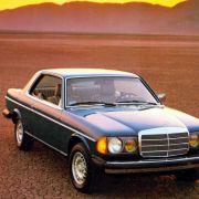 Das Coupé 230 C erschien 1977. Es ging aber nicht unbedingt als elegantestes Coupé mit Stern auf der Haube in die Geschichte ein. Hier im Bild ein Exportmodell des Mercedes W123.