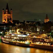 Auf der MS Wappen von Köln befindet sich Europas größter Weihnachtsmarkt. Direkt am Rheinufer der Kölner Altstadt liegt das Schiff vor Anker.