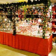 Auf dem schwimmenden Weihnachtsmarkt finden sich zahlreiche Stände mit Dekoartikeln, Geschenken und weihnachtlichen Köstlichkeiten.