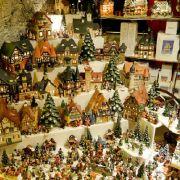 Vom Nikolaushaus über Engel, Weihnachtsmänner bis hin zu Elchen - auf dem Weihnachtsdampfer ist alles zu haben.