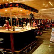 Im Bordrestaurant finden bis zu 100 Gäste Platz. Mit Blick auf die Kölner Altstadt schmecken Lebkuchen, Glühwein und gebrannte Mandeln gleich noch beseer.
