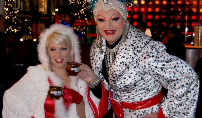 Super-Drag-Queen Olivia Jones (hier mit Erotikmodel Biggi Bardot) eröffnet den frivolen Weihnachtsmarkt Santa Pauli in der Hansestadt Hamburg.