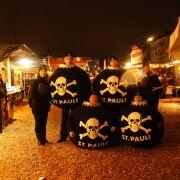 Auch der FC St. Pauli spielt mit: Zumindest zeigen seine Anhänger, wie Weihnachtskugeln auch aussehen können.