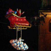 Eines der Highlights ist der fliegende Weihnachtsmann: Im Elchschlitten geht es Dank Hochseil drei mal täglich hoch in den Berliner Himmel. Mit dabei hat der Mann mit den Geschenken natürlich auch seinen Engel.