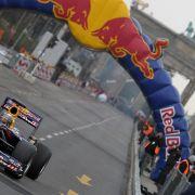 Weltmeister Sebastian Vettel rast in Berlin über die Straße des 17. Juni.