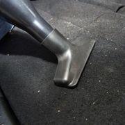 Als erstes sollte man das gesamte Auto ordentlich von Schmutz befreien. Das beugt Korrosion und Schimmelbefall vor.