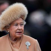 Auch eine Königin bekommt mal kalte Ohren: Ihre königlichen Lauscher schützt die Queen stilecht mit einer Pelzmütze vor der Winterkälte.
