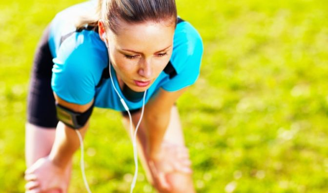 Endlich joggen, den Kopf frei kriegen, einfach auspowern. Doch stechende Schmerzen in der Seite setzen dem Lauftraining schnell ein Ende  Weiterlaufen unmöglich.