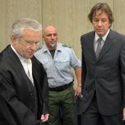Jörg Kachelmann mit seinem Verteidiger Johann Schwenn und einem Justizbeamten.