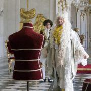 Ist Jakobs (Sergej Moya, hinten) Plan aufgegangen? Der Kaiser (Matthias Brandt) scheint sich über die ganz spezielle Gewänder zu freuen.