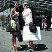 Auch die Ouletcity Metzingen trumpft mit diesen Versprechen auf: Besucher finden sich sodann in einer kleinen Stadt wieder, in der die zahlreichen Shops über 50 Marken im Angebot haben.