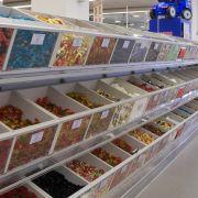 Auf rund 1000 Quadratmetern können Besucher ihre eigenen Mischungen an der Candy-Bar zusammenstellen oder aber verpackte Bruchkartons und Sonderabpackungen erstehen.