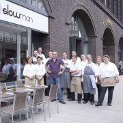 Auch seine Restaurantschule, in der er perspektivlosen Menschen eine Chance gab, machte es ihm nicht immer leicht. Doch das entstandene Restaurant Slowman ist auch heute noch gut besucht.