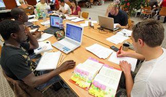 Studenten in der Bibliothek (Foto)