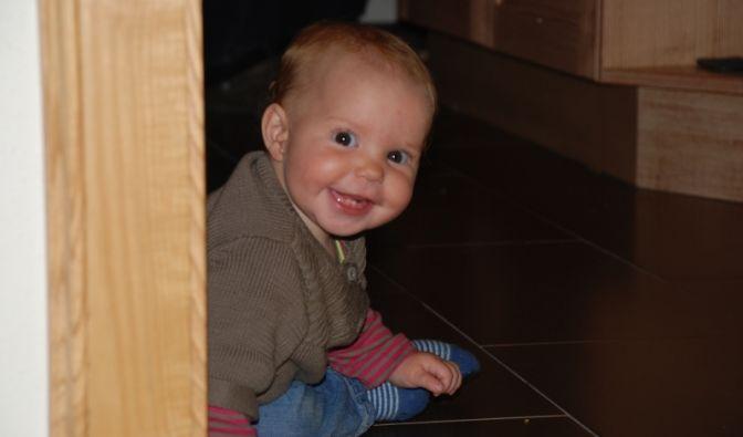 Wenn Babys Zähne bekommen, ist nicht gut Kirschenessen. Die Kleinen haben Schmerzen, sind deshalb oft sehr quängelig und schlafen nicht gut. News.de zeigt, wie Sie Ihrem Liebling helfen können, mit der Geburt der Zähnchen fertig zu werden.