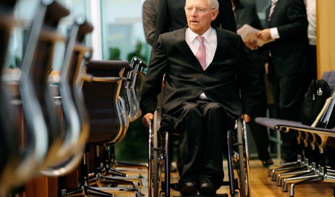 Am 12. Oktober 1990 wurde der CDU-Politiker Wolfgang Schäuble bei einem Attentat während einer Wahlkampfveranstaltung von einem psychisch kranken Mann niedergeschossen. Eine Kugel traf den damaligen Innenminister im Rückenmark. der die Folgen der Ve