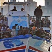 Immigranten werden mit dem Boot nach Sizilien gebracht. Wie es für sie von hier weitergeht ist noch unklar.