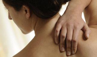 Langes Sitzen vor dem Computer führt häufig zu Verspannungen im Nacken. (Foto)