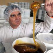 Auch die Ausnutzung der Biene zur Honigproduktion lehnen Veganer ab. Sie nutzen als Zucker-Alternative Ahorn- oder Agavensirup.