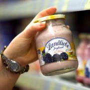 Zumindest die Qual der Wahl bleibt Veganern am Joghurtregal erspart. Immerhin: Auch Sojamilch fermentiert, es gibt also ein tierloses Ersatzprodukt, das sich allerdings offiziell nicht Joghurt nennen darf.