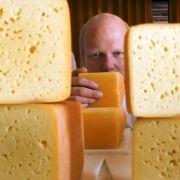 Käse ist ein echtes Problem. Wer sich vegan ernährt, ist meist virtuos im Umgang mit dem Pürierstab, um sich selbst Aufstriche zu basteln.