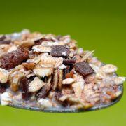 Müsli sind bloß Körner - aber es enthält häufig Honig, also auch hier vorsichtshalber auf die Inhaltsstoffe gucken. Frühstücksflocken und Müsli werden übrigens häufig auch mit Vitamin B12 angereichert.
