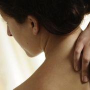 Egal ob Brummifahrer, Bürohengst oder Krankenschwester: Jeder, der über  mehrere Stunden hochkonzentriert arbeitet, ist ein typischer Kandidat  für einen steifen Nacken.