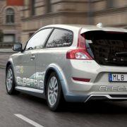 Solange die Batterie das Auto jedoch so teuer macht, werde der Normalverbraucher nicht auf den Elektroantrieb anspringen.