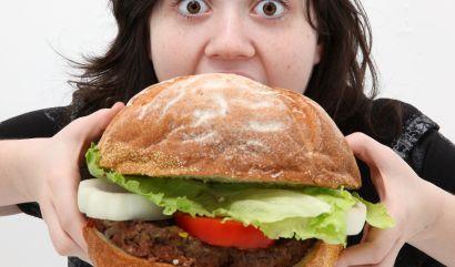 Heißhunger kommt plötzlich. News.de verrät, wo er herkommt und was dagegen hilft.