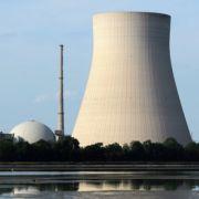 Die Kernkraftwerke Isar 1 (r.) und Isar 2.