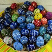 Für ihre Schönheit berühmt sind die sorbischen Ostereier. Sie werden in Handarbeit mit viel Geduld in einer ganz speziellen Technik verziert. Dazu nötig sind Wachs, Löffel, Kerze, Eierfarben und eine verdammt ruhige Hand.