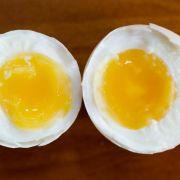 ... einen einfachen Trick. Legen Sie das Ei in ein gefülltes Wasserglas. Sinkt es nach unten ist es frisch. Steigt es nach oben ist es bereits älter. Die Erklärung: Bei alten Eiern ist die Luftblase im Inneren größer.