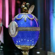 Es gibt auch richtig berühmte Eier. Dazu gehören die Fabergé-Eier. Sie wurden zwischen 1885 und 1917 auf Wunsch des russischen Zaren angefertigt und bestehen aus Gold und Edelsteinen. Heute weiß man, dass es insgesamt 50 dieser kostbaren Eier gibt. Ledigl