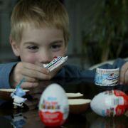 Ebenfalls berühmt: das Ü-Ei. Seit Mitte der 1970er ist es auf dem Markt und verzaubert Kinder und Erwachsene mit Spannung, Spiel und Schokolade. Die Besonderheit des Eies sind die Figuren im Inneren. Besonders Serien zu bestimmten Themen erfreuen sich gr