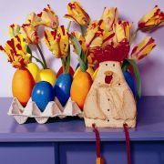 ... sie auszupusten und zu reinigen. Anschließend werden sie getrocknet und bemalt. Dann mit Wasser befüllen und Blumen hineindrapieren. In einer Eierpappe, die mit Federn, Steinen oder Ostergras geschmückt werden kann, finden die Eier Halt. Ein auße