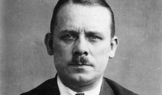 Fritz Haarmann wurde 1925 wegen Mordes an 27 Jungen im Alter zwischen zehn und 22 Jahren in Hannover hingerichtet. Haarmann sagte aus, dass er seine Opfer durch einen Biss in den Hals getötet und anschließend zerstückelt hat. Haarmann handelte mit Wurstko