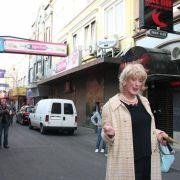 Die große alte Dame des Poppens führt in anderthalt Stunden über die Reeperbahn und ihre Seitenstraßen. Dabei erzählt sie viel über sich, aber noch mehr zur Geschichte der Etablissements. Als große alte Dame des Poppens wurde L