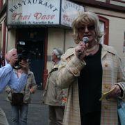 Bis zu 40 Leute nimmt Lilo Wanders pro Tour mit über den Kiez. Am Freitag - zur Premiere - waren die meisten Fotografen.