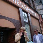 Ein weiterer Stopp ist das Gebäude der Heilsarmee - allerdings eher um über die schwule Szene auf der anderen Straßenseite zu plaudern.