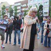 Dieser junge Herr (links) erkennt Lilo, möchte allerdings nichts von ihr, sondern lieber ins Fernsehen. Eine Gruppe junger Engländer, die die royale Hochzeit lieber in Hamburg verbringen wollen, singen für Lilo There's only one Lilo Wanders!