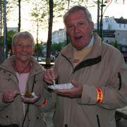 Und so endet die Tour: an der neuen heißen Ecke vor dem Schmidt Theater. Jeder Teilnehmer bekommt Currywurst und Bier. Bärbel und Günter Werner aus Rendsburg freuen sich.