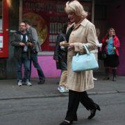 Überall wo Lilo Wanders entlangläuft das gleiche Bild: Menschen machen verschämt Fotos mit ihrem Handy (rechts hinten) - oder sie tatschen die Reeperbahn-Tourführerin ganz offensiv an, je nach Alkoholpegel.