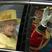 Ein Hingucker in hellgelb: Die Queen zeigt sich auf einer öffentlichen Paradefahrt an der Seite von Prinz Philip ihrem Volk.