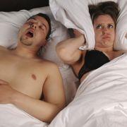 Krach im Schlafzimmer: Wenn der Partner so laut schnarcht wie ein Presslufthammer, ist an Schlaf nicht mehr zu denken. Doch das muss nicht sein. Mit ein paar Tricks können Sie für Ruhe im Bett sorgen.