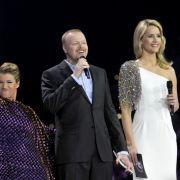 Hier ist die hübsche Blonde im langen weißen Kleid während des ersten Eurovision-Halbfinals zu sehen.
